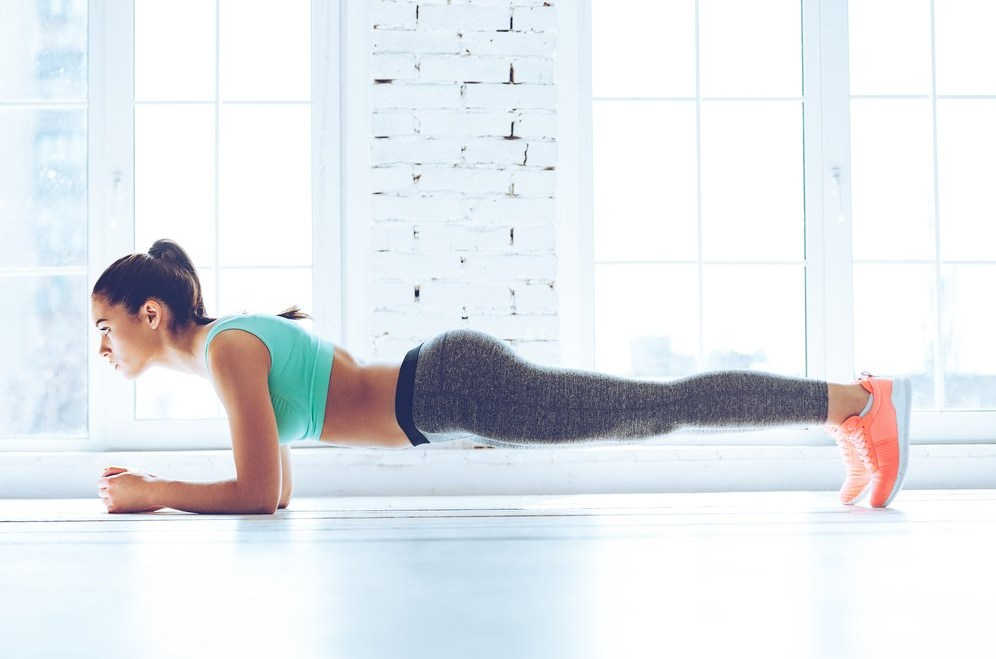 Упражнения за Отслабване момиче планк