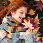 момиче есенни листа