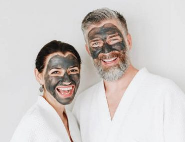 мъж и жена с маска за лице