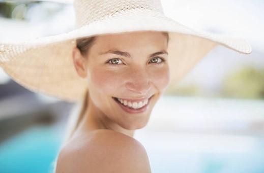 усмихната жена с шапка