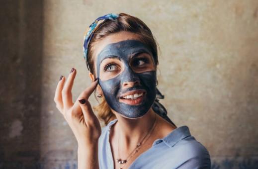 жена с маска за лице