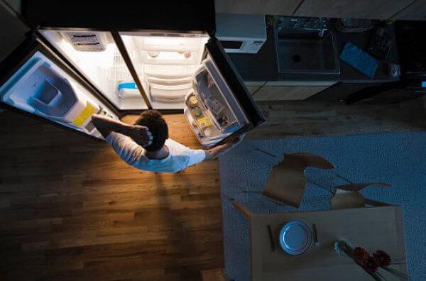 мъж хладилник вечер