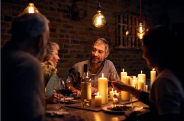 вечеря приятели на тъмно