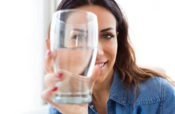 жена, чаша за вода