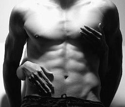 стегнато мъжко тяло прегърнато от женски ръце
