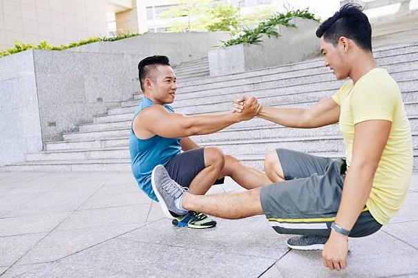 Squat ad una gamba con un braccio allungato