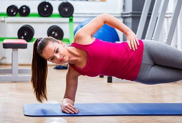 Plank laterale con movimenti dinamici