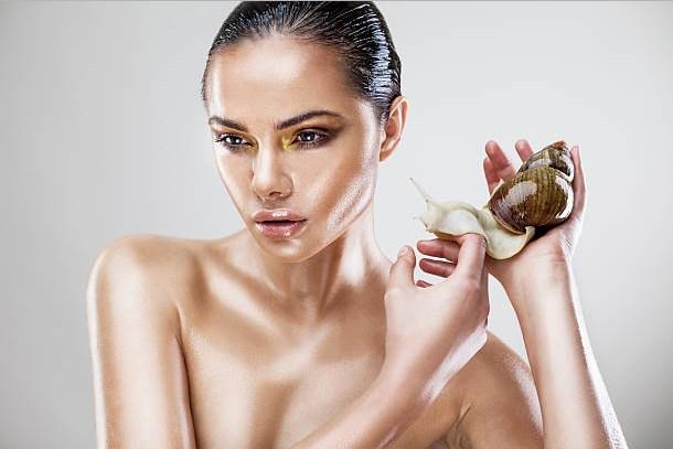 una donna con una lumaca in mano